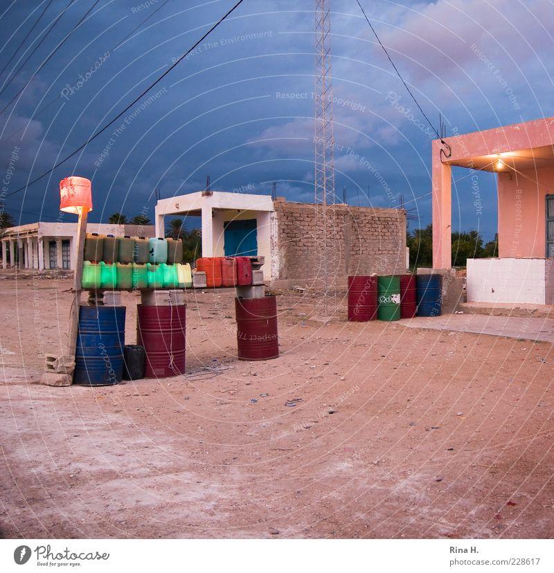 Letzte Tankstelle vor Grenze blau Sand Gebäude rosa warten Energiewirtschaft Armut authentisch Dorf Hütte Überleben Straßenrand Fass Leben Afrika Tankstelle