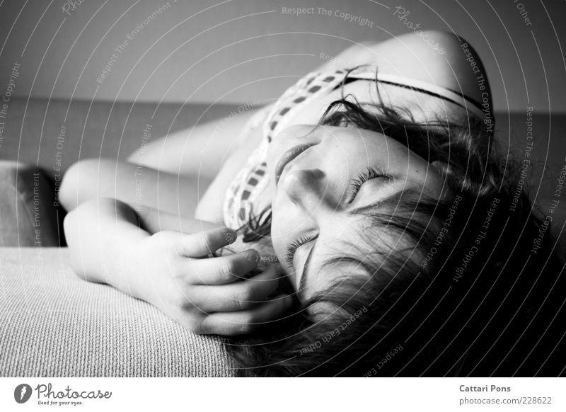 Sleeping Beauty Mensch Jugendliche weiß Hand schön Einsamkeit ruhig schwarz Gesicht Erholung feminin Junge Frau Kopf träumen Körper liegen