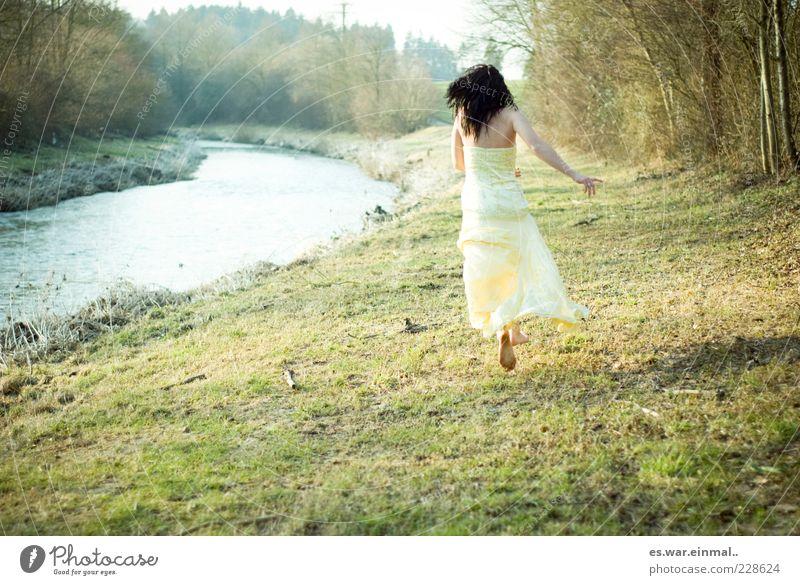 let go. Frau Erwachsene Bach Kleid schwarzhaarig laufen rennen springen elegant natürlich schön gelb Mut Tatkraft Gefühle geheimnisvoll Leichtigkeit