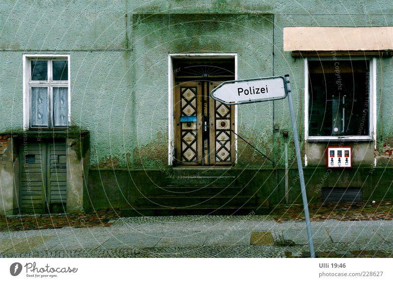 Halt! Stehenbleiben! Pozilei! alt grün Winter Einsamkeit Haus Straße dunkel Fenster Tür dreckig Fassade Schilder & Markierungen Treppe Schriftzeichen trist Pfeil