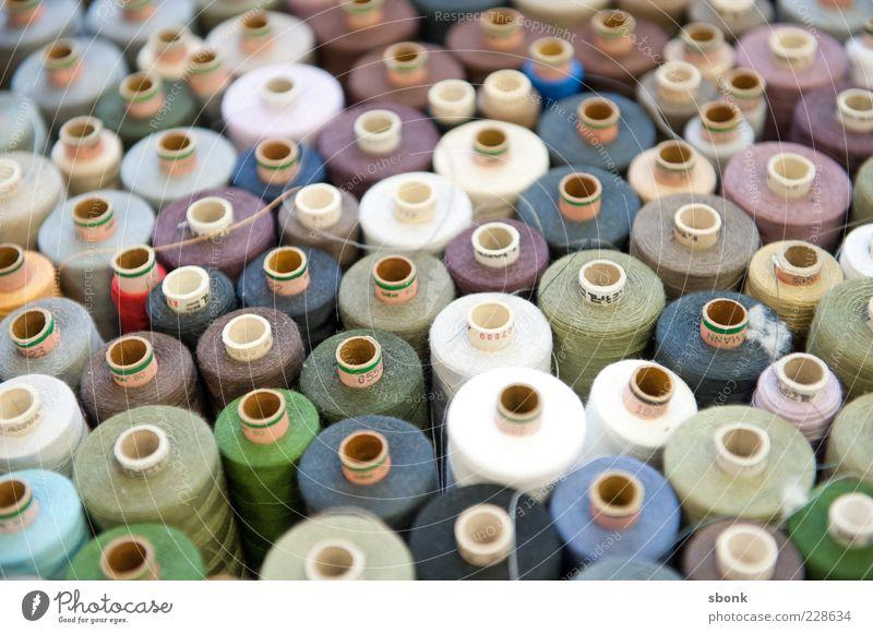 nähbar Mode Design Bekleidung rund viele Nähgarn sortieren Nähen Dinge nebeneinander Garnspulen