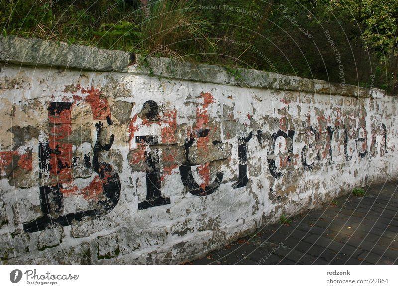 Biergarten weiß schwarz Stein Mauer Freizeit & Hobby geschlossen Schriftzeichen Buchstaben Ende vergangen Flut Hochwasser zerbröckelt