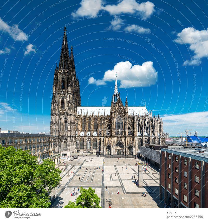Der Dom in Kölle blau grün Architektur Religion & Glaube Gebäude Deutschland Kirche Bauwerk Skyline Altstadt Köln Großstadt Rhein Fußgängerzone