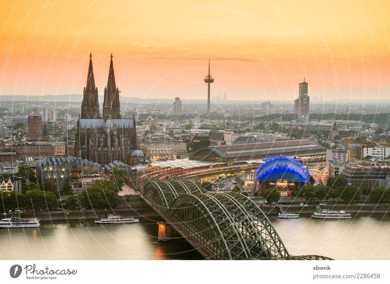 Kölner Abend Skyline Dom Bauwerk Gebäude Architektur Sehenswürdigkeit Wahrzeichen Kölner Dom Vorfreude Deutschland Großstadt Cityscape Rhein Farbfoto
