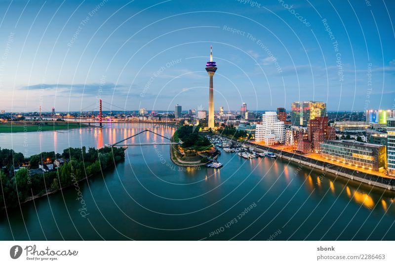 Düsseldorfer Skyline Stadt Hafenstadt Gebäude Architektur Sehenswürdigkeit Wahrzeichen Denkmal Ferien & Urlaub & Reisen Rhein Medienhafen Panorama (Bildformat)