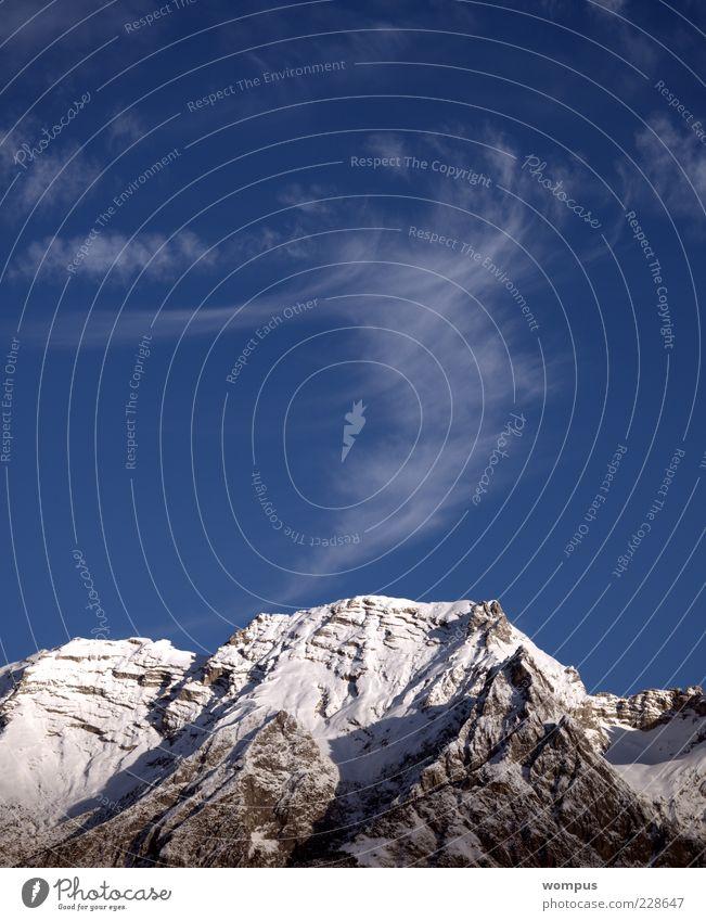 Zauberhafte Bergwelt der Alpen Natur Landschaft Himmel Wolken schlechtes Wetter Hügel Felsen Berge u. Gebirge Gipfel Schneebedeckte Gipfel blau grau weiß