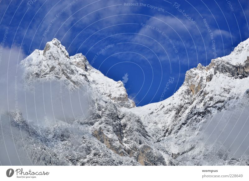 Coole Route in Karwendl Natur Landschaft Himmel Wolken Winter Schönes Wetter Hügel Felsen Alpen Berge u. Gebirge Gipfel Schneebedeckte Gipfel blau grau weiß