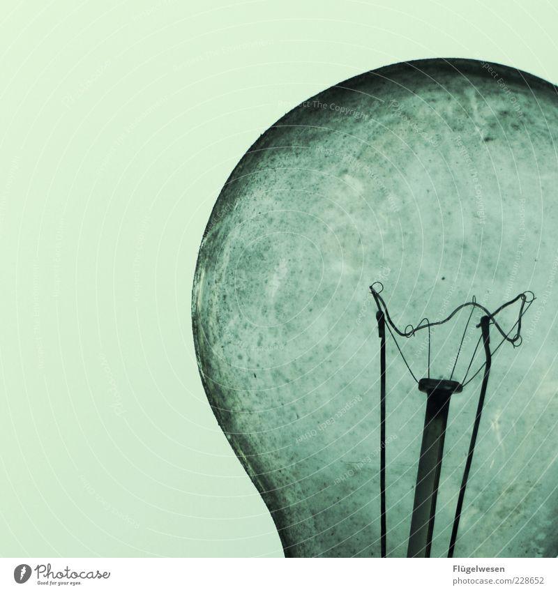 Das Ende der Glühbirne Lifestyle nachhaltig Traurigkeit Lampe Licht hell Glas Erfindung Farbfoto Außenaufnahme Abend Glühdraht Detailaufnahme veraltet