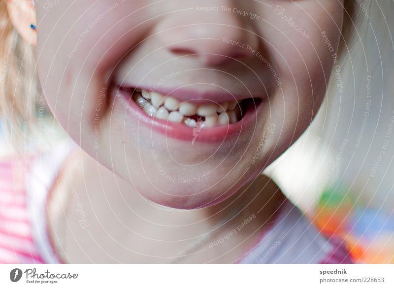 zahnfee is watching you Kind schön Mädchen lachen hell Kindheit Mund Nase Zähne Lippen nah zeigen Kindergarten Stolz Vorfreude Anschnitt