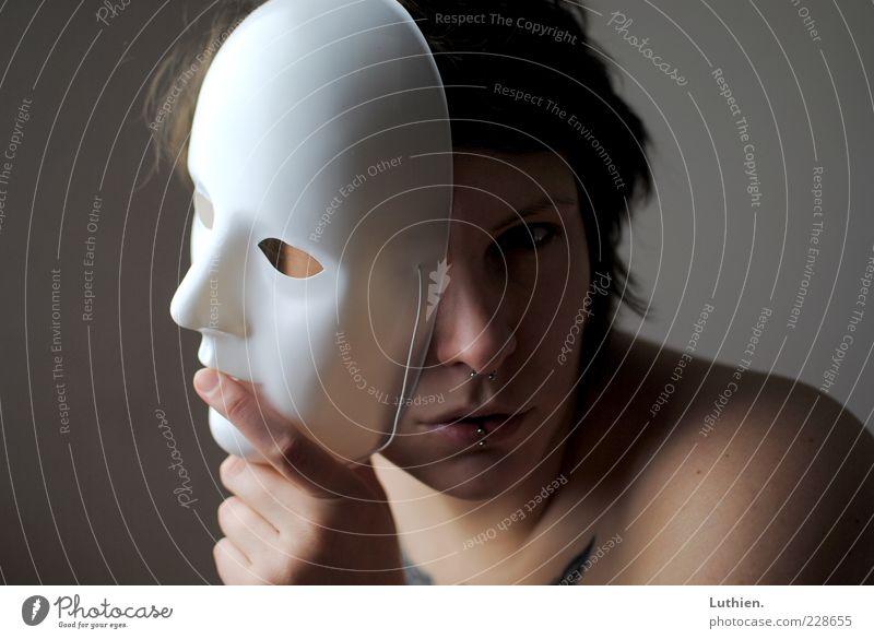 Maskerade Frau Mensch Jugendliche Hand blau weiß schön Gesicht Einsamkeit Auge dunkel Gefühle Erwachsene Kopf grau Mund
