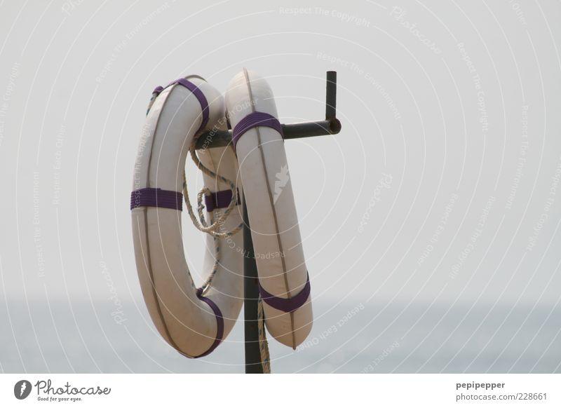Angelas Rettungsringe von der Stange Wasser Meer Strand Wellen Rettungsring Detailaufnahme SOS Eisenstangen