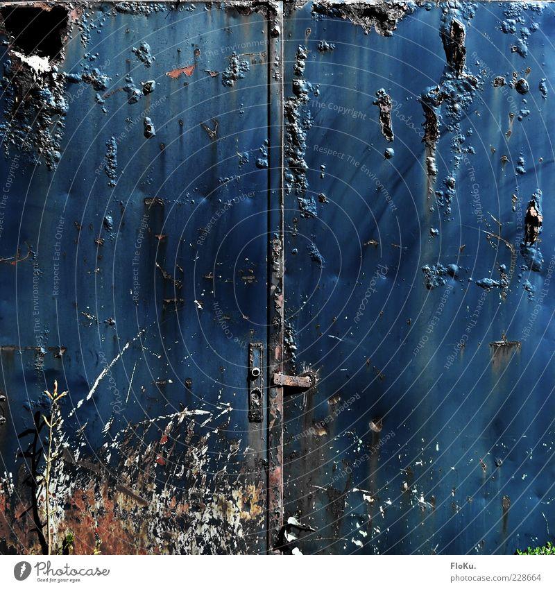Tür stets geschlossen halten blau dunkel Metall Angst dreckig Armut gefährlich kaputt Vergänglichkeit verfallen gruselig Tor Vergangenheit
