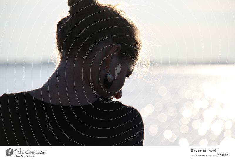 Spätsommertag geht zur Neige Mensch Jugendliche schön Sommer Junge Frau Meer Einsamkeit ruhig Ferne 18-30 Jahre Erwachsene natürlich feminin Freiheit See