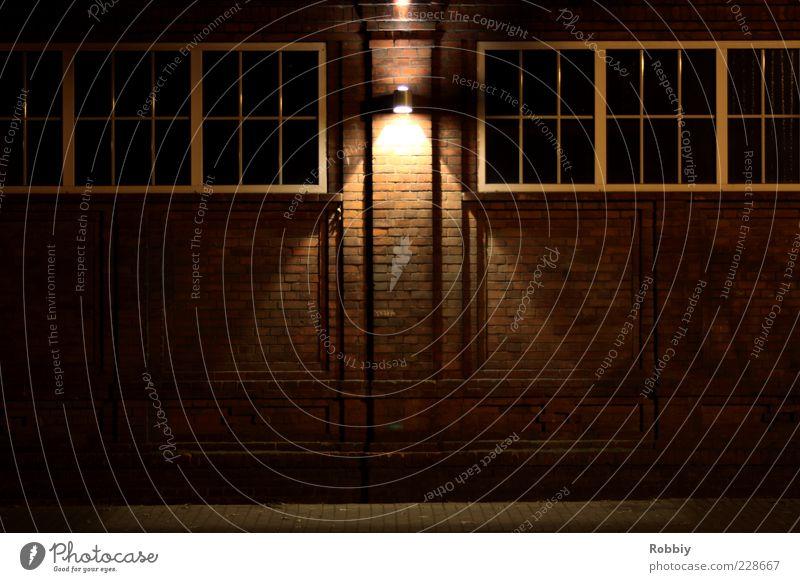 Ziegelmauer rot Einsamkeit Haus Wand Mauer braun dreckig Fassade Autofenster trist Fabrik Backstein Symmetrie Industrieanlage Altbau Lichtschein