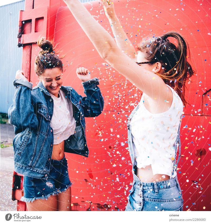 Freunde feiern mit Konfetti Lifestyle Freude Glück Entertainment Party Feste & Feiern Tanzen Silvester u. Neujahr Mensch feminin Junge Frau Jugendliche