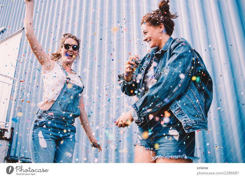 Junge erwachsene beste Freunde, die mit Konfettis auf Party zujubeln Freude Glück Nachtleben Entertainment Veranstaltung Musik Club Disco Feste & Feiern Tanzen