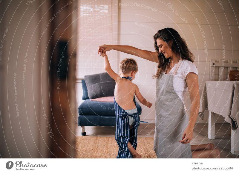 Muttertanzen mit Kleinkindsohn im Wohnzimmer Kind Mensch Freude Erwachsene Familie & Verwandtschaft Junge Glück Zusammensein Tanzen Küche Partnerschaft Eltern