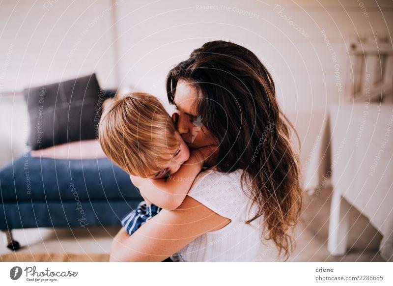Mutter und Sohn, die zu Hause streicheln Glück Kind Mensch Kleinkind Junge Erwachsene Familie & Verwandtschaft Kindheit Küssen Liebe Zusammensein niedlich