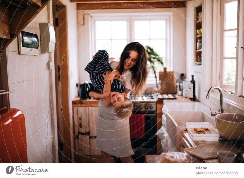 Junge erwachsene Mutter, die Spaß mit Kleinkindsohn in der Küche hat Kind Familie & Verwandtschaft Hütte niedlich kleiner Junge backen Schürze heimwärts Kinder