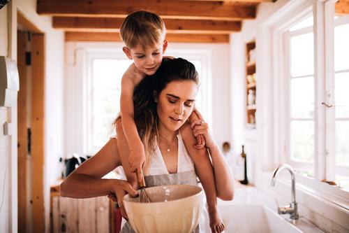 Mutter und Sohn, die zusammen in der Küche backen Kind Winter Erwachsene Familie & Verwandtschaft Junge Zusammensein Kindheit Lächeln Hütte Kleinkind Eltern