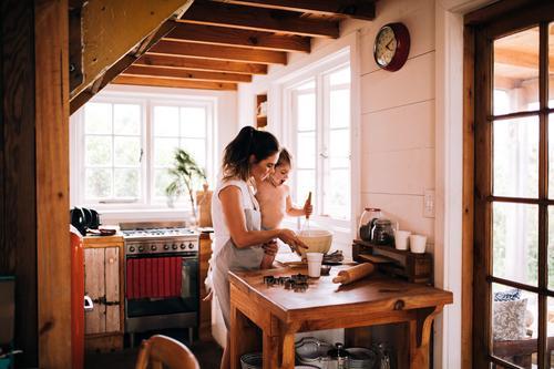 Kaukasische Mutter- und Sohnplätzchen in der Küche zusammen backen Kind Mensch Winter Erwachsene Lifestyle Familie & Verwandtschaft Junge Zusammensein