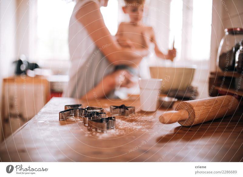 Nahaufnahme des Nudelholzes und des Plätzchenschneiders in der Küche Winter Kindererziehung Mensch Kleinkind Junge Frau Erwachsene Eltern Mutter Jugendliche 2