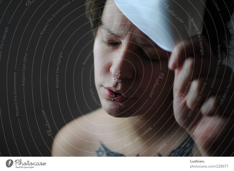 der Maskerade leid. Frau Mensch Jugendliche Hand blau weiß schön Gesicht Einsamkeit Auge feminin dunkel Gefühle Erwachsene Kopf grau