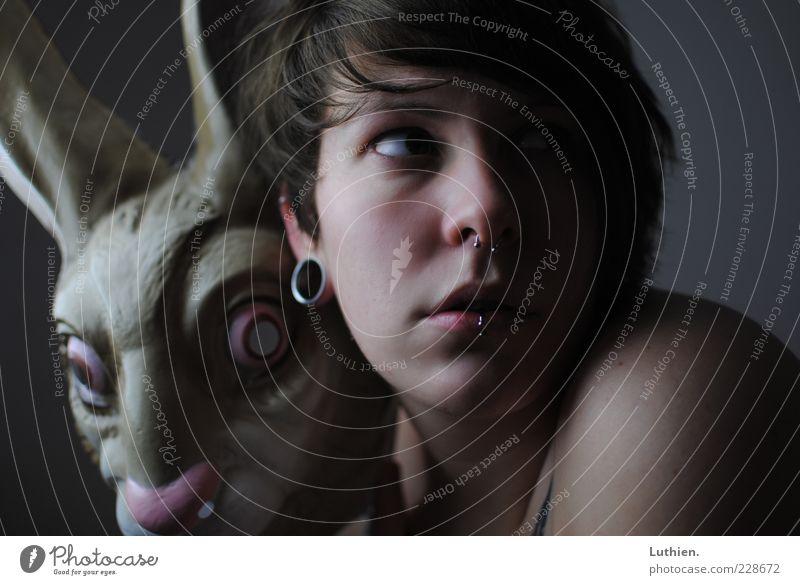 der Maskerade leid. Frau Mensch Jugendliche blau Gesicht feminin dunkel Erwachsene grau braun Haut ästhetisch außergewöhnlich Maske gruselig Karneval