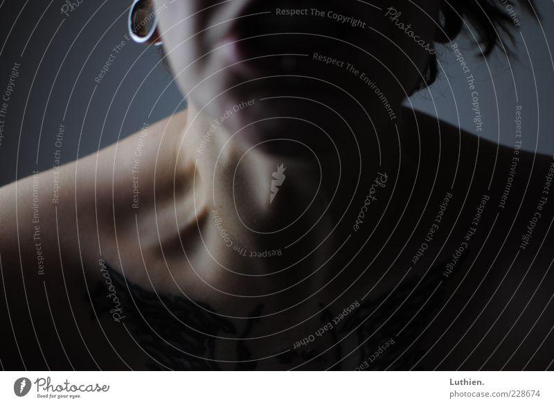 Anstrengung Mensch feminin Frau Erwachsene Haut Hals 1 dunkel gruselig stark Wut blau grau anstrengen Sehne Farbfoto Innenaufnahme Kunstlicht Licht Schatten