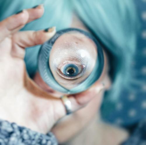 Blaues Auge angesehen durch eine Kristallkugel Mensch feminin Junge Frau Jugendliche 1 18-30 Jahre Erwachsene Kunst Künstler Kultur verdreht