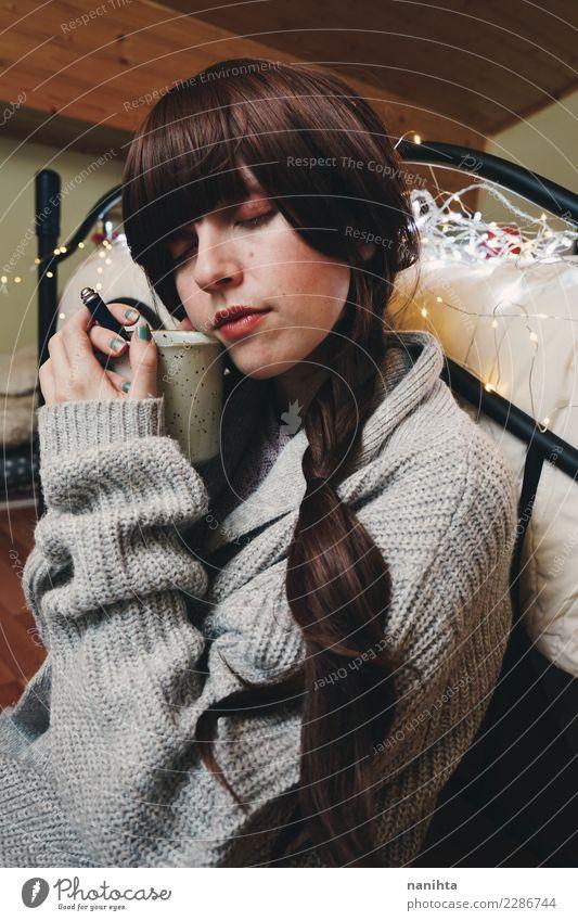 Junge Frau zu Hause, die Tee trinkt Getränk Heißgetränk Kaffee Lifestyle Stil Design Haare & Frisuren Haut Gesicht Gesunde Ernährung Wellness harmonisch