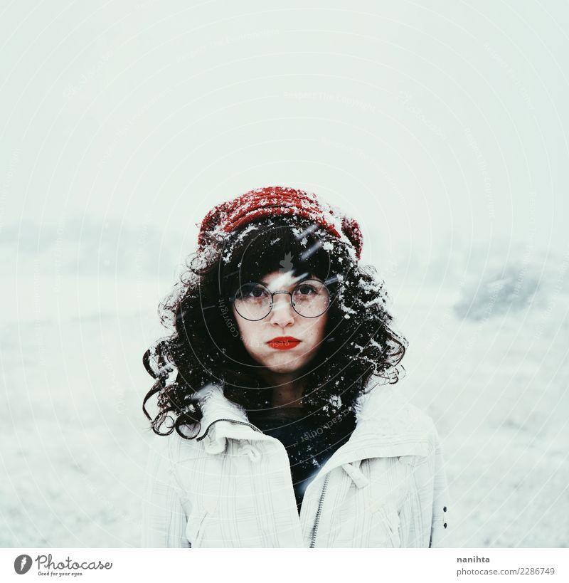 Junge Brunettefrau an einem schneebedeckten Tag Lifestyle schön Winter Schnee Winterurlaub Mensch feminin Junge Frau Jugendliche 1 18-30 Jahre Erwachsene Umwelt