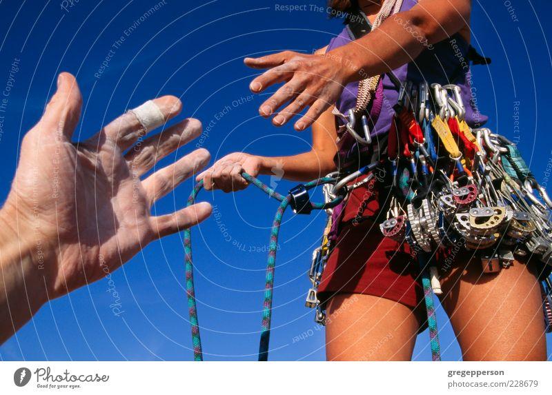 Kletterer greift nach einer Helferhand. Abenteuer Sport Klettern Bergsteigen Seil Hand 2 Mensch 18-30 Jahre Jugendliche Erwachsene sportlich Erfolg selbstbewußt