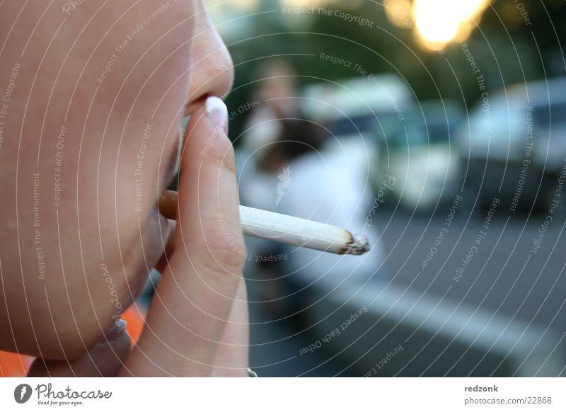 Raucherpause Frau Hand Gesicht Suche Pause Rauchen Rauch Zigarette Brandasche ungesund