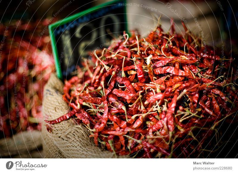 Heiße Angelegenheit Lebensmittel Chili Peperoni Scharfer Geschmack Ernährung Asiatische Küche exotisch rot Handel Markt Marktstand Sack Preisschild Gewürzladen