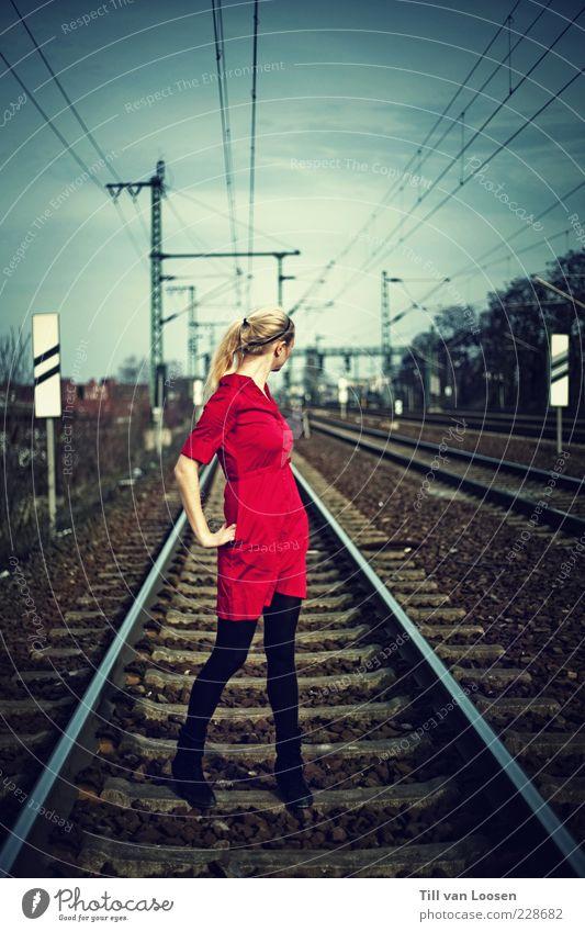 _ _ _ _ _ Wolken Umwelt blond Schilder & Markierungen gefährlich Körperhaltung Kleid Gleise Strommast Zopf Oberleitung Schienenverkehr