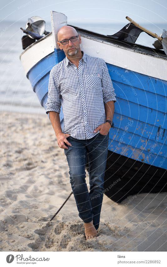 Mann oh Mann Strand Meer maskulin Erwachsene Leben 1 Mensch 45-60 Jahre Sand Himmel Küste Ostsee Insel Usedom Fischerboot Wasserfahrzeug Hemd Jeanshose Glatze