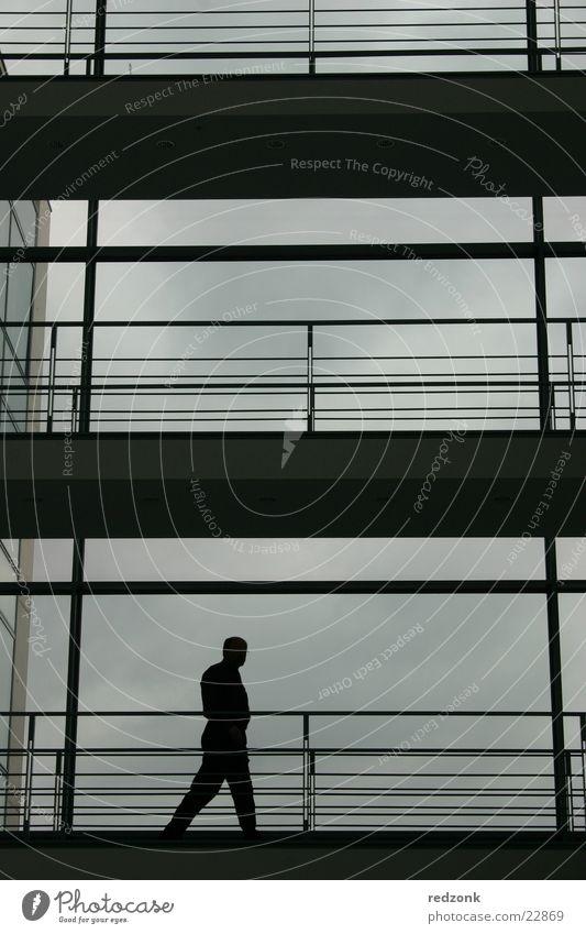 Ein Mann - ein Weg Haus Erwachsene Wolken Wege & Pfade Glas Stahl Macht Verzweiflung Geschäftsleute Business Arbeit & Erwerbstätigkeit ruhig Stahlkonstruktion