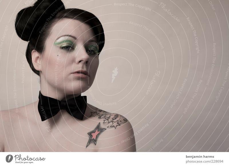 Neid #3 Mensch feminin Junge Frau Jugendliche 1 18-30 Jahre Erwachsene Fliege bedrohlich Gefühle Eifersucht Misstrauen Hochmut Stolz elegant Farbfoto