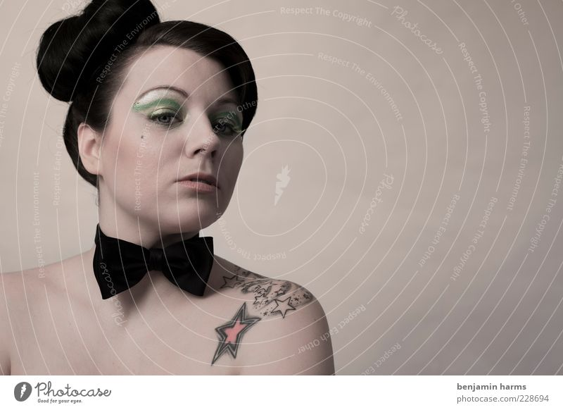 Neid #3 Mensch Jugendliche feminin Gefühle Erwachsene Haare & Frisuren elegant bedrohlich 18-30 Jahre Tattoo Schulter Junge Frau Stolz Hochmut Fliege Misstrauen