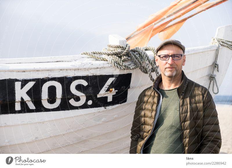 optimistischer Mann am Fischerboot Ferien & Urlaub & Reisen Tourismus Ausflug Strand Meer Mensch maskulin Erwachsene Leben 1 45-60 Jahre Umwelt Himmel