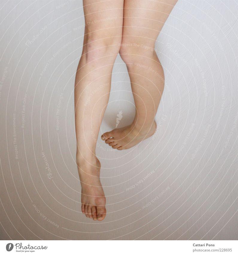 hoch und runter Beine Fuß hängen natürlich Wade Oberschenkel Barfuß Hintergrund neutral Knie Zehen Textfreiraum links Textfreiraum rechts Detailaufnahme schön