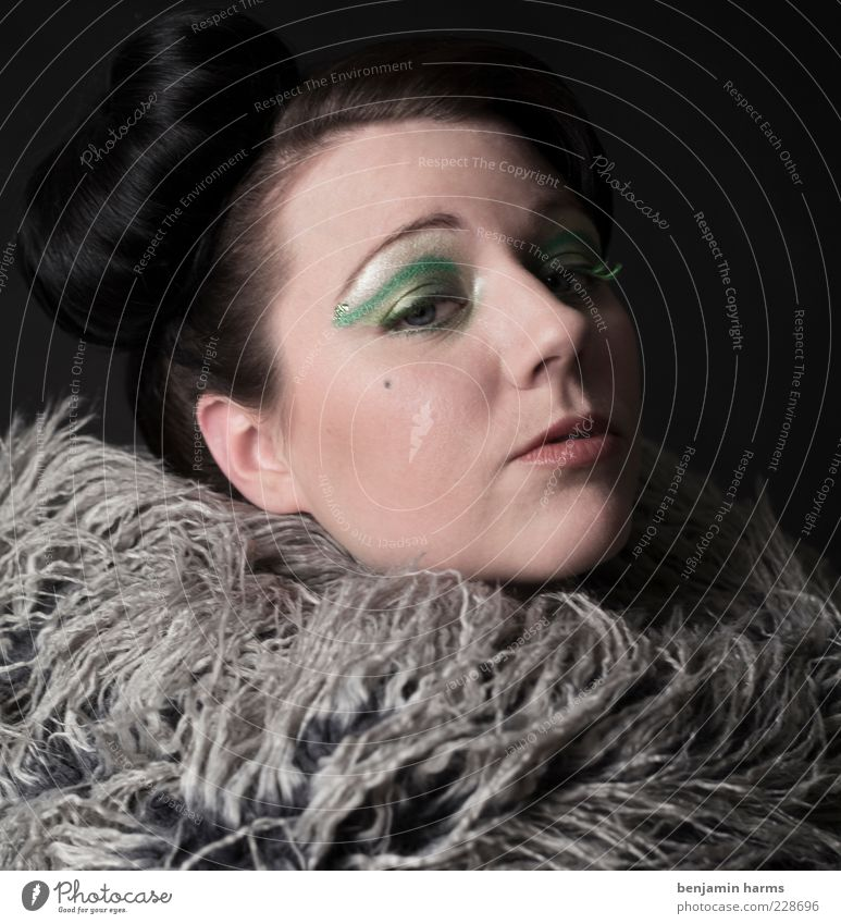 Neid #4 Mensch Jugendliche feminin Gefühle Erwachsene Haare & Frisuren elegant bedrohlich 18-30 Jahre stark Junge Frau Stolz Hochmut Misstrauen Dutt