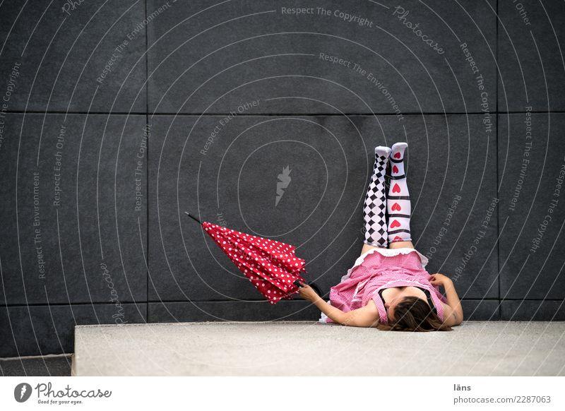 AST10 l 10 Uhr Mensch feminin Frau Erwachsene Leben Stadt Platz Mauer Wand Kleid Fell außergewöhnlich Glück Lebensfreude Leidenschaft Beginn einzigartig erleben