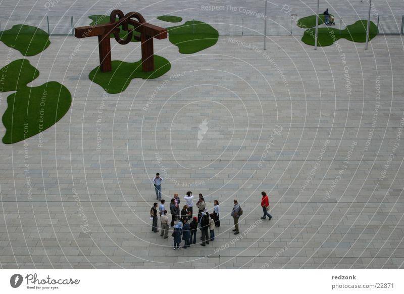 Kanzleramt Bundeskanzler Amt Tourist Platz grün Besucher Fleck Architektur Blick Deutschland Berlin Perspektive