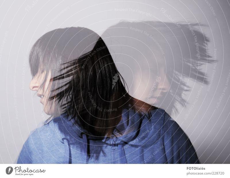 hinundhergerissen Mensch Jugendliche blau weiß schwarz feminin Gefühle Erwachsene Kopf Haare & Frisuren Bewegung wild authentisch trist Wandel & Veränderung