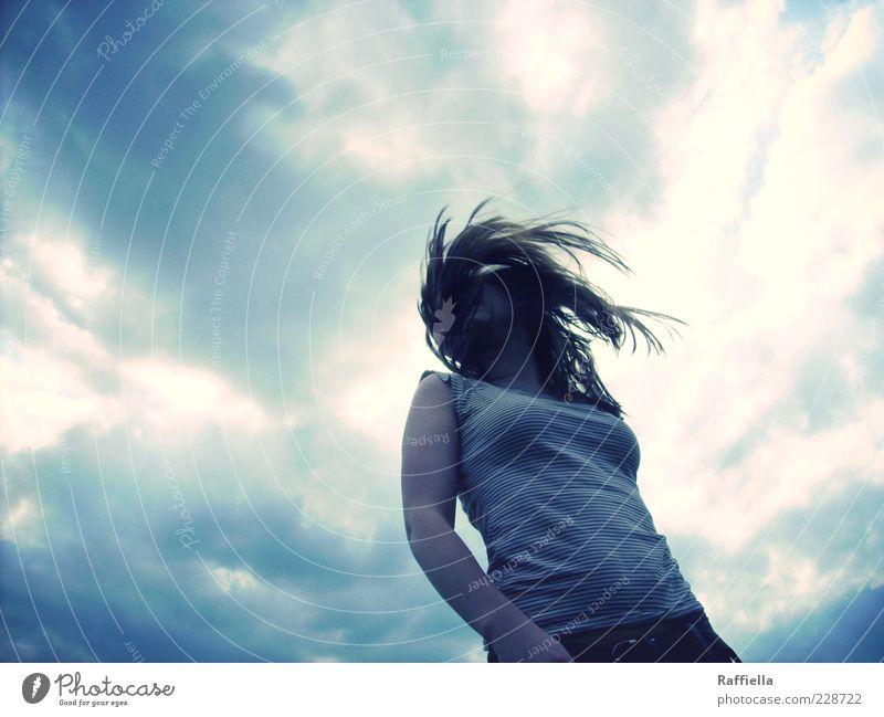 get out Himmel Jugendliche blau Wolken dunkel Erwachsene Kopf Haare & Frisuren Bewegung Luft Wind Arme wild authentisch T-Shirt Frauenbrust
