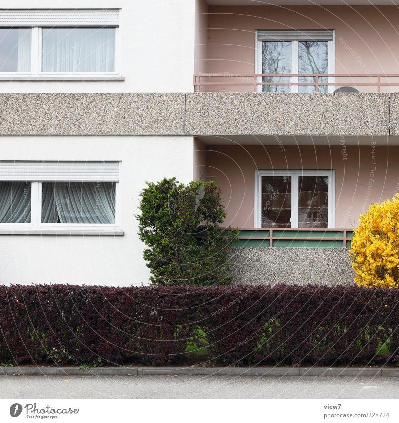 Nachbar Haus Bauwerk Gebäude Architektur Mauer Wand Fassade Balkon Fenster authentisch einfach modern Originalität retro rosa ästhetisch Einsamkeit einzigartig