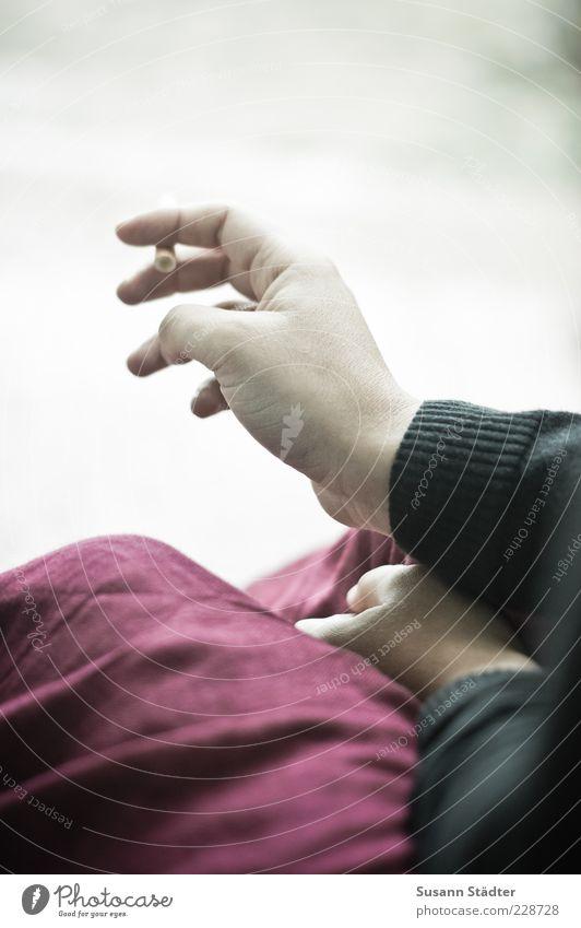 5 Minuten Arme Hand Finger Rauchen Zigarette festhalten warten Pause ruhig Jacke Pullover Rock Sucht Farbfoto Außenaufnahme Nahaufnahme Vogelperspektive