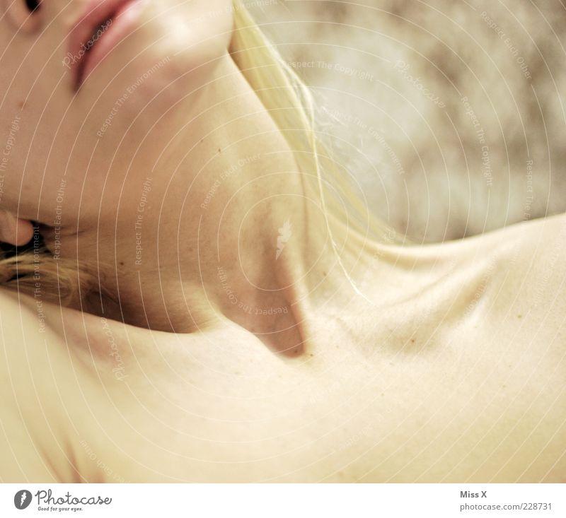 liegend Mensch feminin Junge Frau Jugendliche Haut 1 18-30 Jahre Erwachsene schön Schlüsselbein Hals Farbfoto Innenaufnahme Schwache Tiefenschärfe Mund